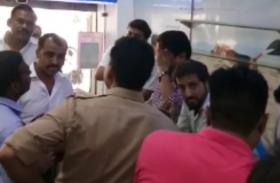 बैंक से सटे मोबाइल शाेरूम से लाखों के मोबाइल चोरी, चोरों ने ऐसे दिया वारदात को अंजाम- देखें वीडियो