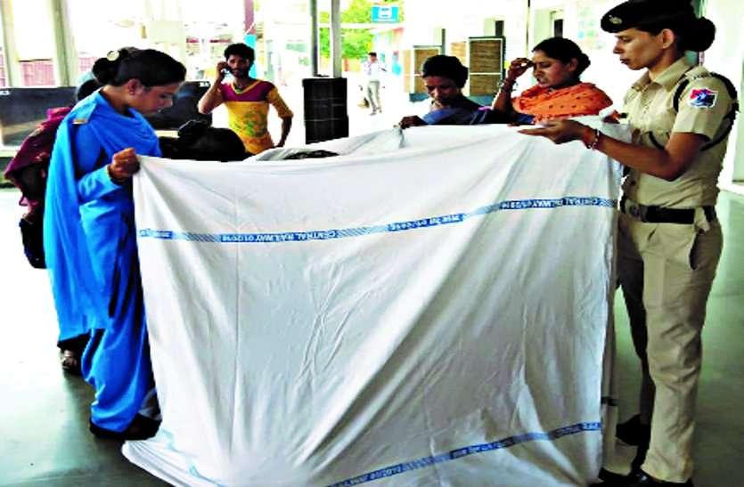 Video: स्टेशन में प्रसव पीड़ा से तड़प रही थी महिला, पुलिस और रेलवे कर्मियों ने बनाया कपड़े का घेरा, फिर प्लेटफार्म में गूंजी किलकारियां