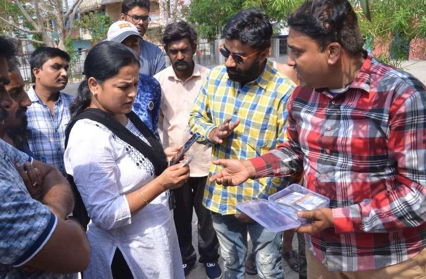 VIDEO ये क्या भाजपा के वार्ड में पीएम के फोटो लगाकर बना रहे थे कार्ड, कांग्रेस ने की शिकायत तो हुई कार्रवाई