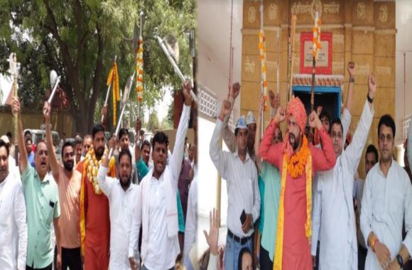 नवीन जयहिंद ने उड़ाई चुनाव आचार संहिता की धज्जियां,पलवल के परशुराम मंदिर में लहराए फरसे, मंदिर प्रांगण में दिया भाषण
