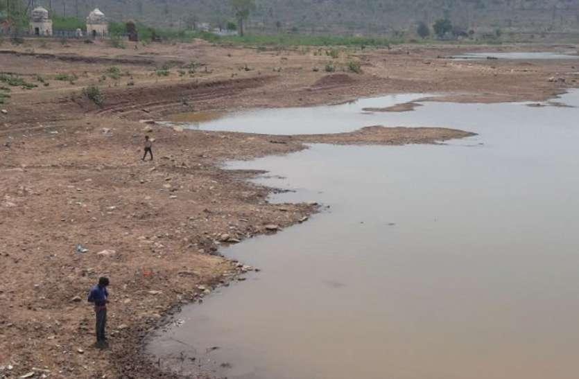 भीषण गर्मी में शहर को पानी पिलाने वाले तालाब खुद प्यासे, जानिए कैसे बनी यह स्थिति
