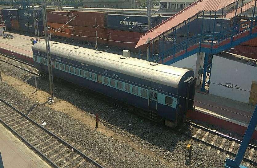 रेलवे कोच निकालना भूले रेलकर्मी, पहुंच गया मेहसाणा