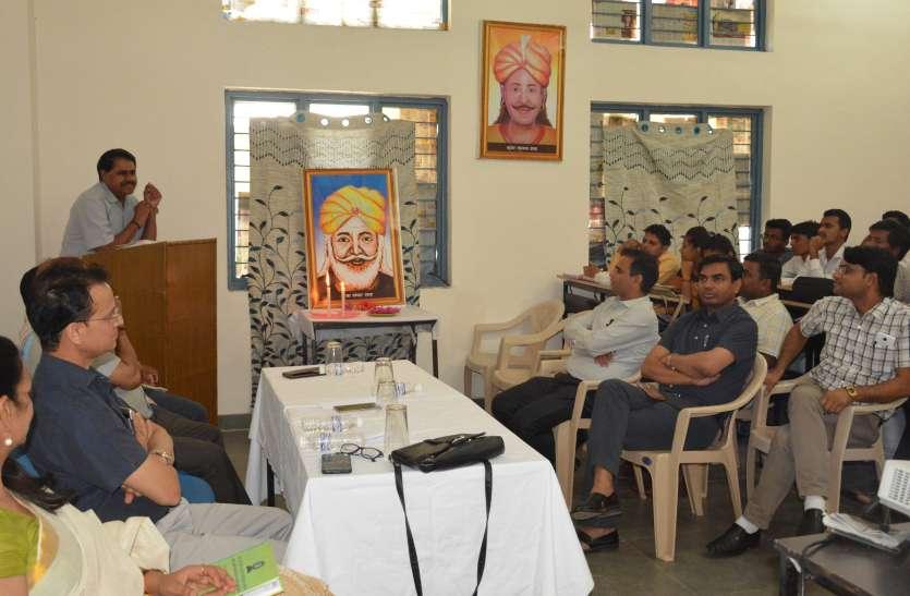 साहित्यकार हरिराम मीणा ने कहा अंग्रेजी पाठ्यक्रम में आदिवासी लेखकों की रचनाओं को करें शामिल