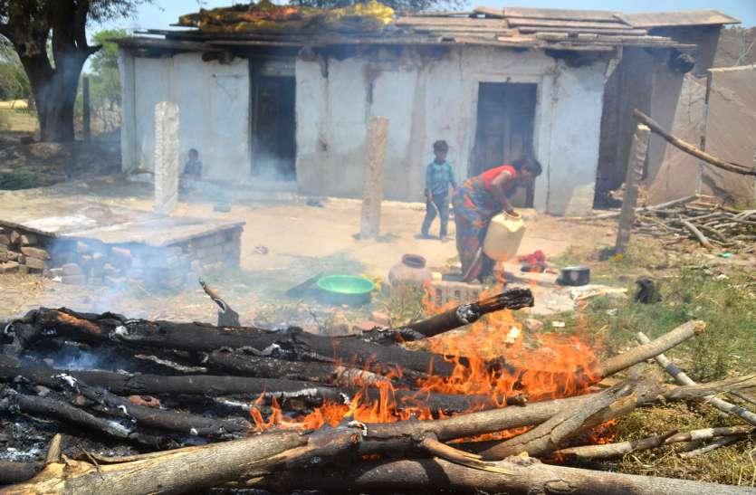 घर में चार बच्चे और दरवाजे पर लगी आग, दूर स्थित कुए से पानी भर-भरकर महिला ने बुझाई आग