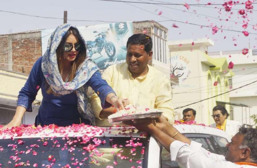 सपा के गढ़ में महिमा चौधरी ने मांगे इस उम्मीदवार के लिए वोट, दिया बहुत बड़ा बयान