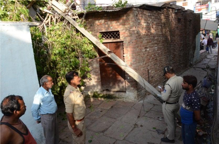 यहां घर पर पेड़ टूटकर गिरने से बाल-बाल बचे लोग, पढ़े खबर