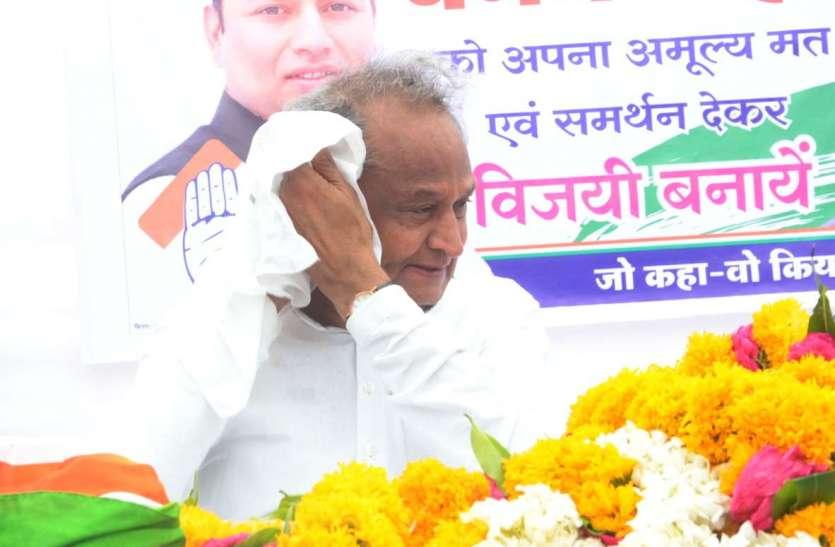 Loksabha election 2019- सियासी पारे से नहीं, गर्मी के सितम से परेशान नजर आए सीएम गहलोत, देखें तस्वीरें...