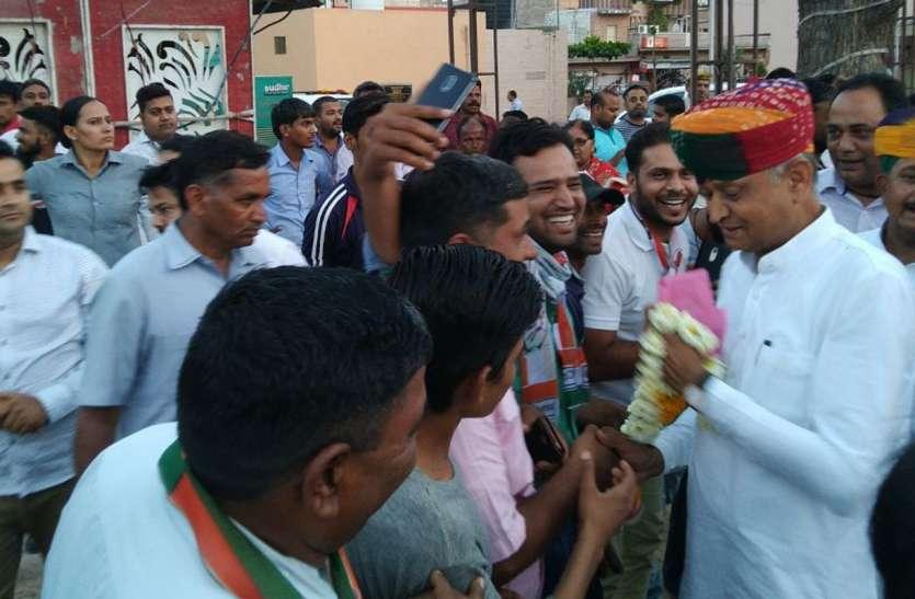 CM Gehlot ने डोर टू डोर जनसम्पर्क कर शहरवासियों को दी Vaibhav की भोळावण, देखें वीडियो