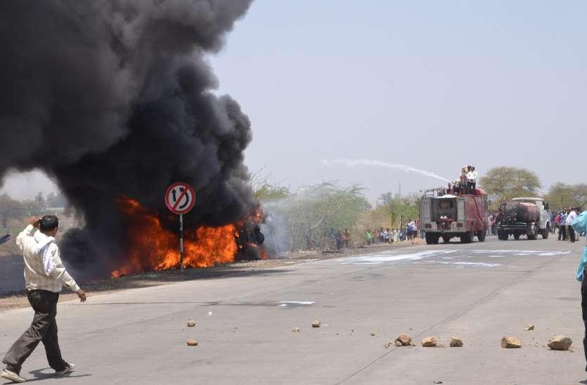 VIDEO हाईटेंशन लाइन से टकराकर 26 टन टायरों से भरा ट्रक और लगी आग हो गया खाक , देखें कहा हुआ हादसा
