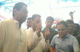 मुख्यमंत्री कमलनाथ ने बेटे नकुलनाथ के साथ किया मतदान