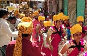 शोभायात्रा में बिखरी सतरंगी आभा, जयकारों से गूंजा मंदिर