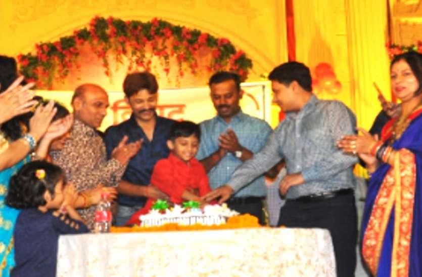 विराट सराफ के सकुशल वापसी पर पुलिस टीम ने धूमधाम से मनाया जन्मदिन
