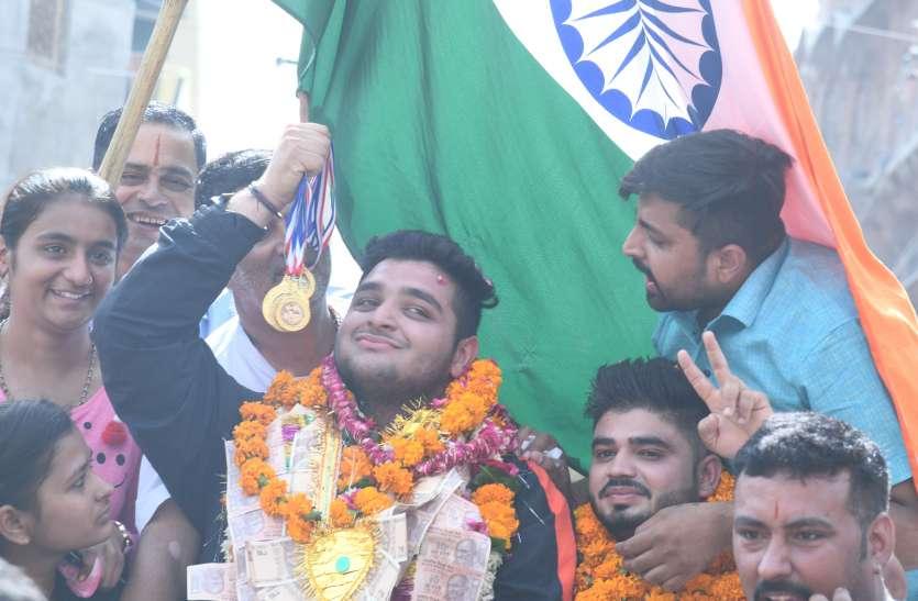 चार स्वर्ण पदक जीतकर लौटे रोहित ओझा का स्वागत