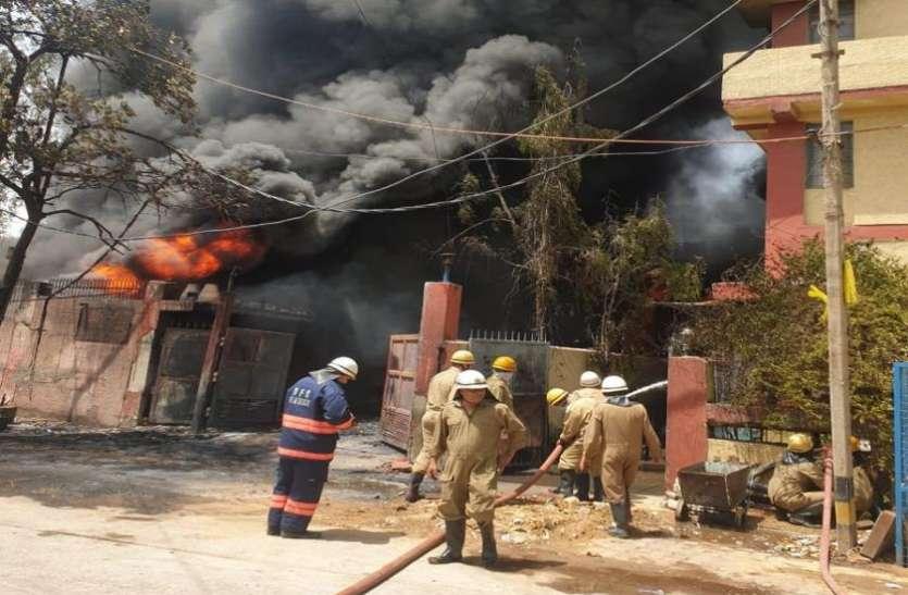 दिल्ली: नारायणा की केमिकल फैक्ट्री में आग, मौके पर दमकल की 30 गाड़ियां तैनात
