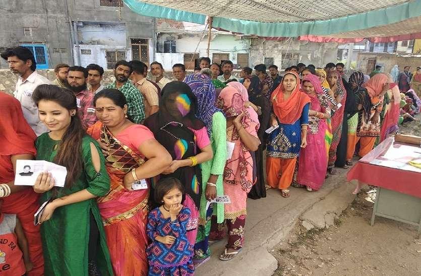 लोकतंत्र के महाकुंभ में आहूति देने उमड़े मतदाता...देखिए फोटो