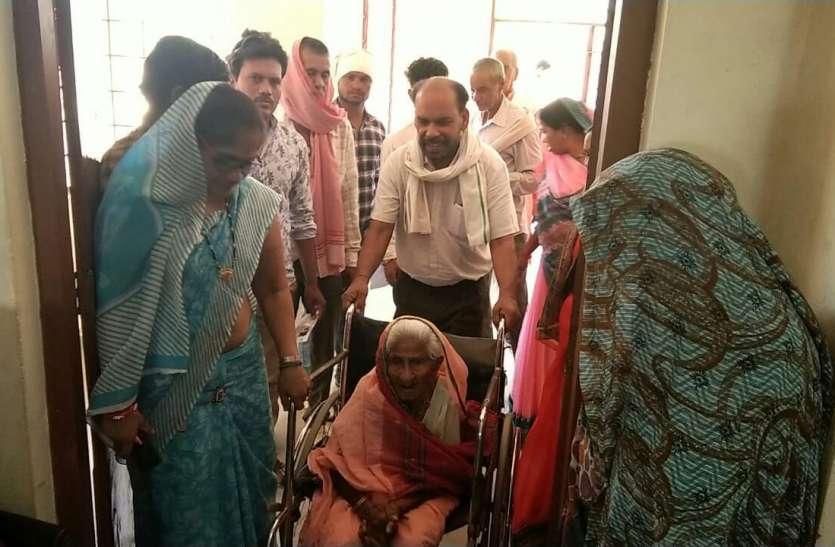 110 वर्षीय सुंदरबाई ने किया मतदान