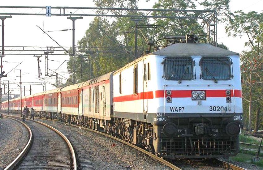 अब यात्रा के साथ ट्रेन में कीजिए शॉपिंग, रेलवे दे रहा ये सुविधा