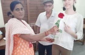 पहला वोट डालने मुंबई से आई वंशिका, 82 वर्षीय दादा का लेकर पहुंची केंद्र