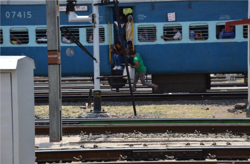 आरपीएफ नहीं कर रही कार्रवाई, ट्रेनों में फिर सक्रिय हुए अवैध वेंडर