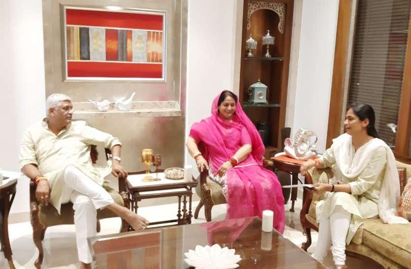 Loksabha Election 2019- चुनाव के अगले दिन शेखावत ने पत्नी और बेटी के साथ निकाले फुर्सत के पल