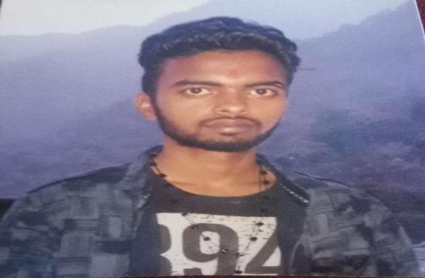 नदी में मिला छात्र का शव, परिजनों ने हत्या का आरोप लगाते हुए किया हंगामा