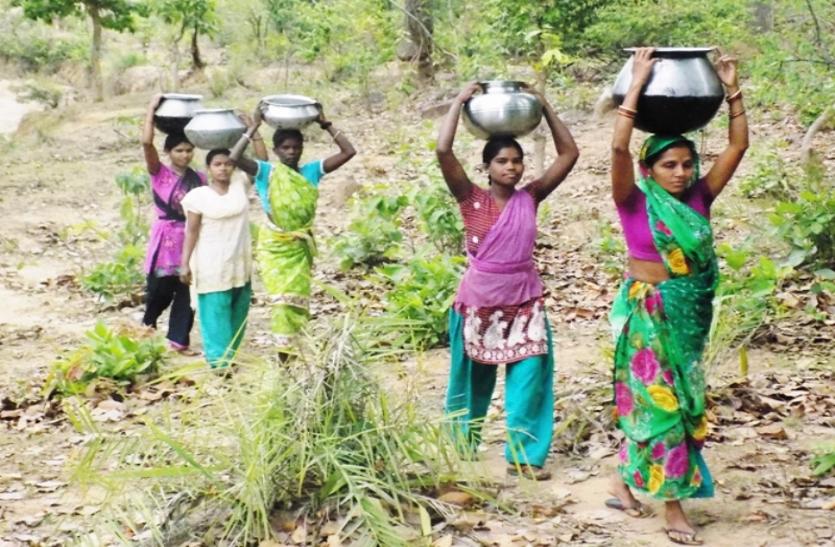 कई हैंडपंप खराब, दर्जनों गांवों में पेयजल समस्या, सैकड़ों लोग झरिया खोदकर गंदा पानी पीने पर मजबूर