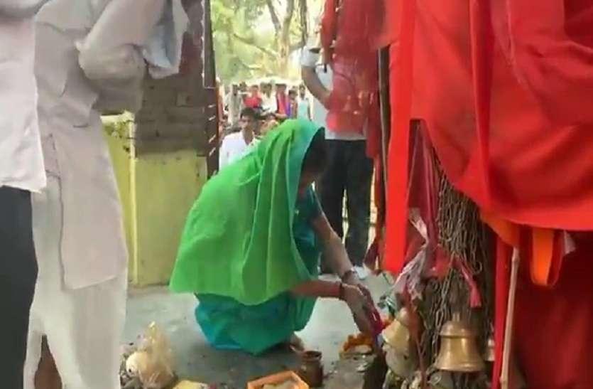 प्रियंका ने अमेठी में किया रोड शो, भाई की जीत के लिए मंदिर में टेका माथा