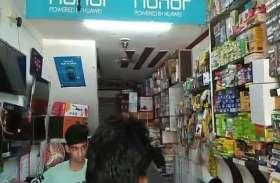 शटर के ताले तोड़े बगैर दुकान से लाखों के मोबाइल चोरी