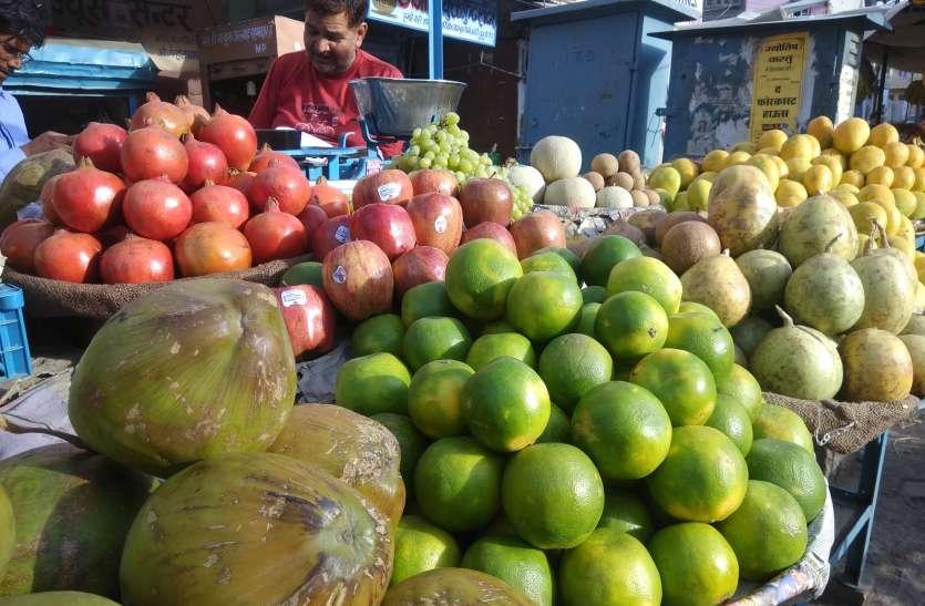 भीषण गर्मीने किया फलों का बाजार ठंडा