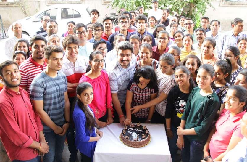 12th CBSE Exam Result 2019- 12वीं सीबीएसई में चमके जोधपुर के होनहार, पत्रिका में केक काट मनाया जश्न, देखें वीडियो