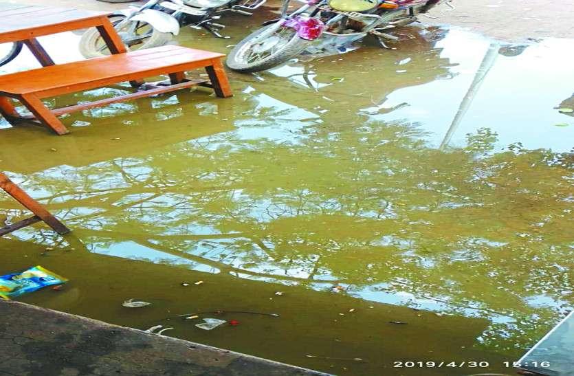 बस स्टैंड में ड्रेनेज सिस्टम होने के बाद भी नाली का गंदा पानी बह रहा सड़क पर