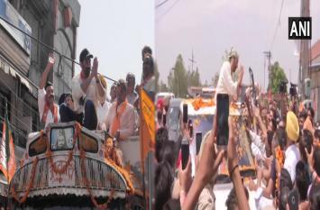 गुरदासपुर: ट्रक लेकर रोड शो करने निकले सनी देओल, 'गदर' अंदाज में हाथों में लिया हैंडपंप