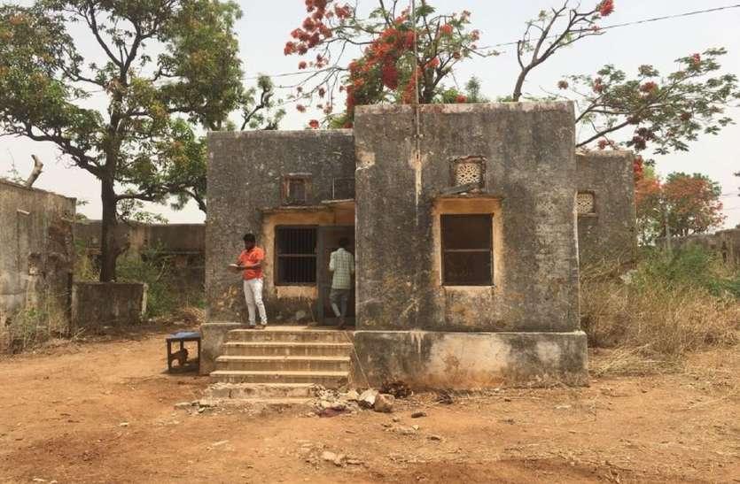 video: बिना स्वीकृति सरकारी क्वार्टर में बसा लिए ठेका कार्मिकों ने घर