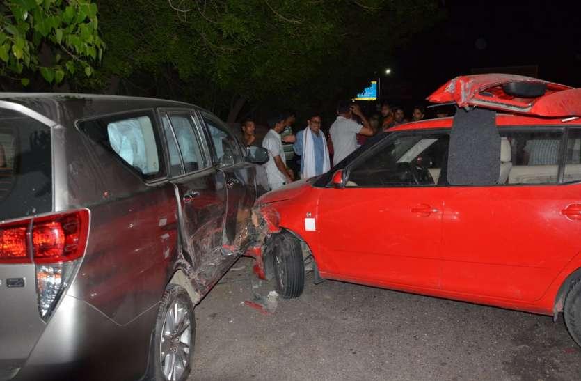 डिवाइडर फांद कार सडक़ किनारे खड़ी कार में घुसी, चालक चोटिल, देखें वीडियो