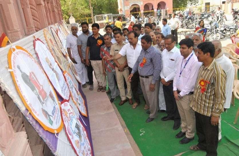 प्रदर्शनी में दिखी संस्कृति, आज लक्ष्मीनाथ मंदिर से उड़ेगा चंदा