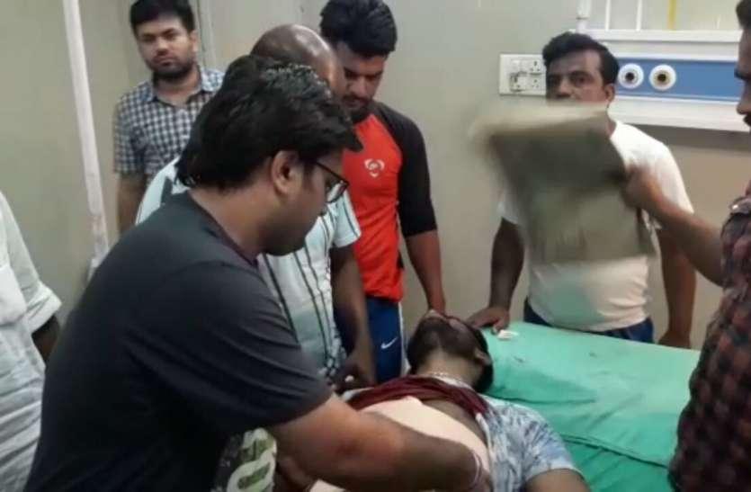 हिस्ट्रीशीटर ने लिया अपने पुत्र पर हुए हमले का बदला, दिनदहाड़े भीड़ के बीच युवक को चाकू मारा