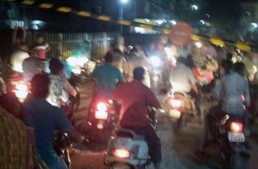 बीच लाइन पर मालगाड़ी, एक व दो नंबर प्लेटफार्म पर दिया यात्री गाडिय़ों को क्रासिंग