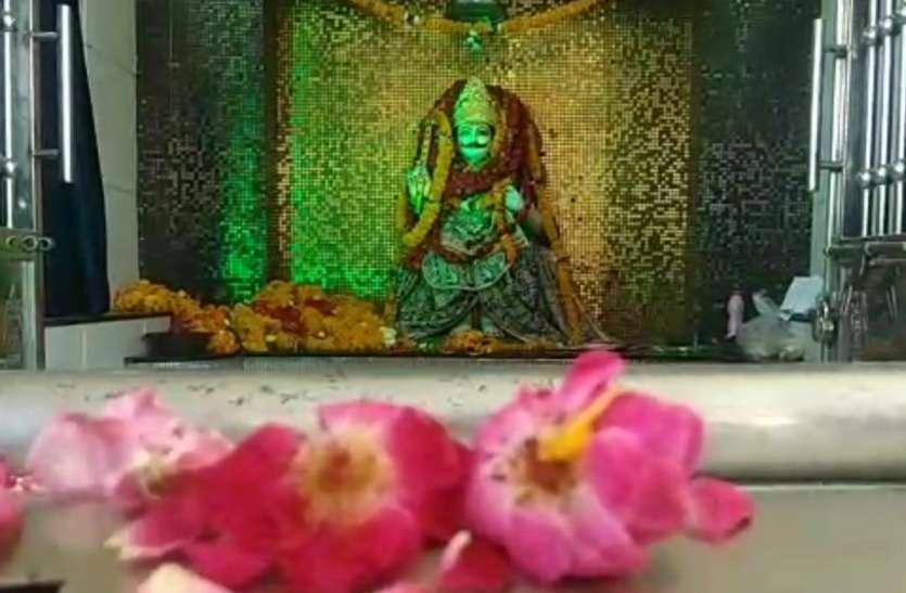 शनि अमावस्या पर शनिदेव मंदिरों में किया तेलाभिषेक