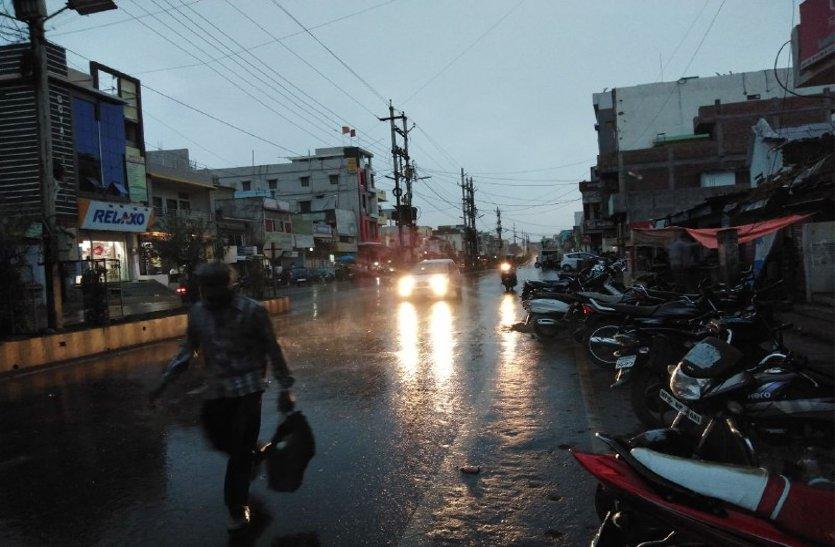 अचानक चली आंधी, हुई बारिश, हजारों क्विंटल गेहूं पड़ा खुले में