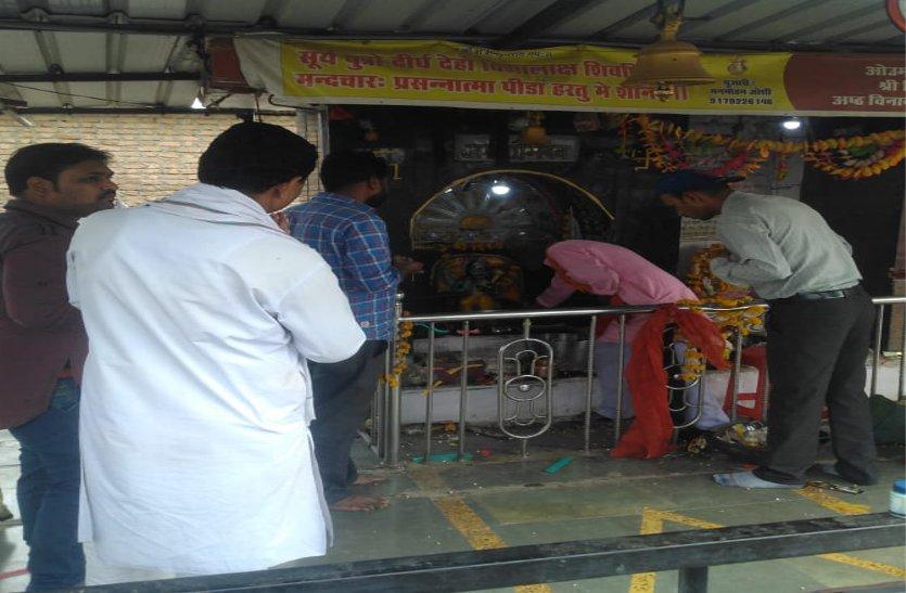 शनि अमावस्या पर मंदिरों में रही भीड़, किया अभिषेक