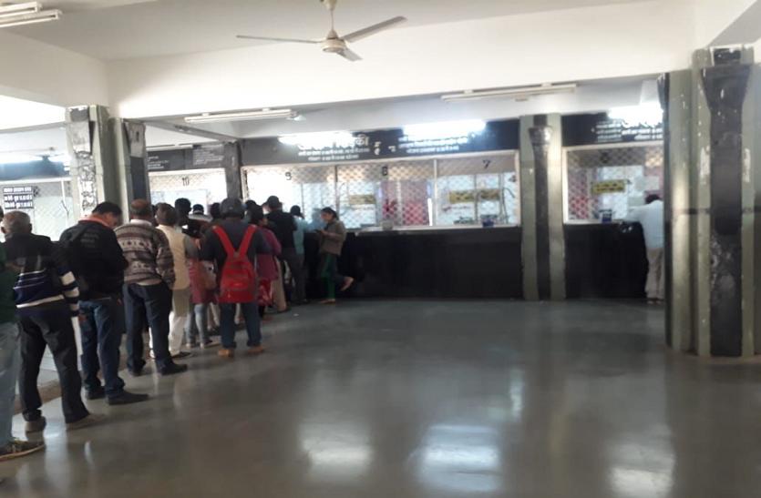 हबीबगंज स्टेशन पर टिकट काउंटर 10 से अधिक खुलते सिर्फ 3