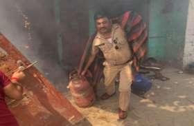 जान की परवाह किए बगैर आग की लपटों में कूद गया पुलिसवाला और टाल दिया बड़ा हादसा