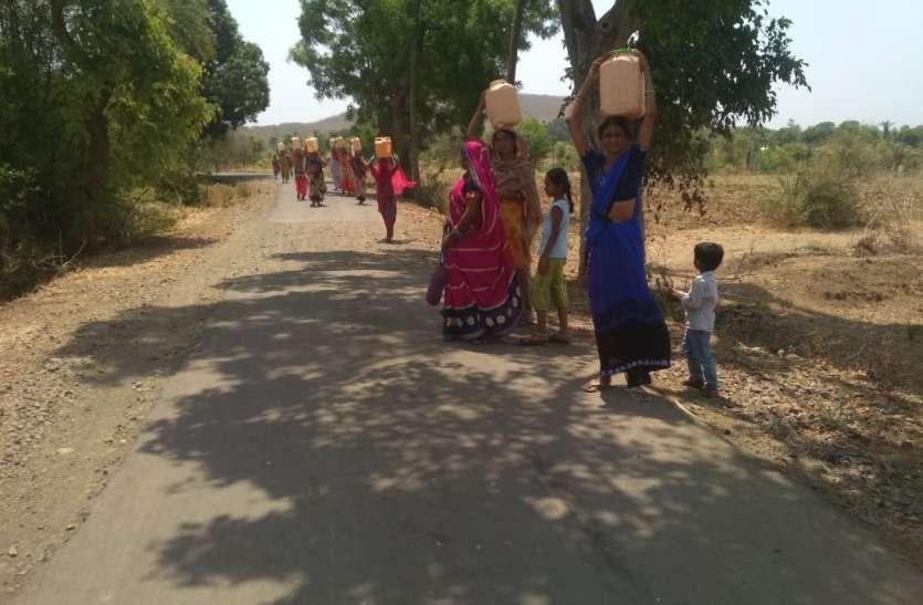 गांव में पानी का संकट, तीन किमी दूर से लाना पड़ रहा पानी