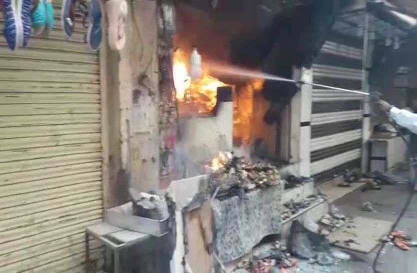 pics: आग की लपटों में घिरा होटल-देखें कैमरे की नजर से