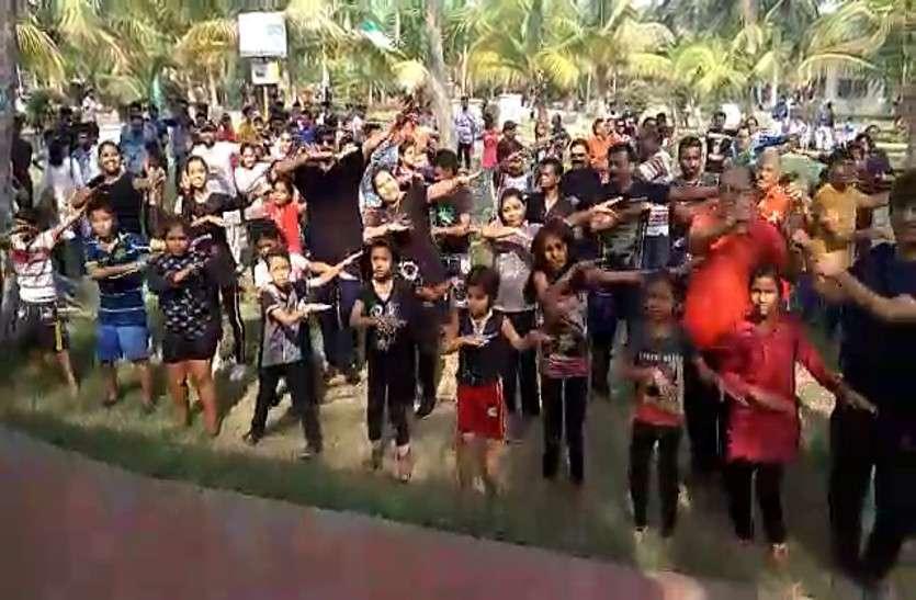 पहली बार छत्तीसगढ़ी लोकसंगीत के धुन में लोगों ने किया जुम्बा, देखें वीडियो