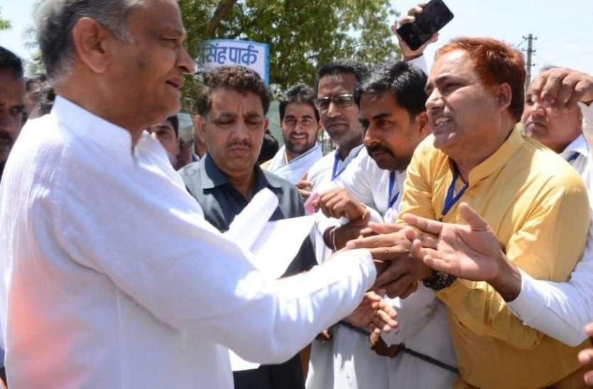 नेताजी से हाथ मिलाने व समस्या बताने के फेर में कटवा बैठे जेब