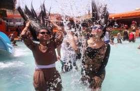 गर्मी से आहत, पानी से मिल रही है राहत