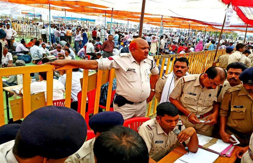 मतदान दलों के साथ पुलिस फोर्स रवाना, कलेक्टर ने लिया मतदान केद्रों का जायजा