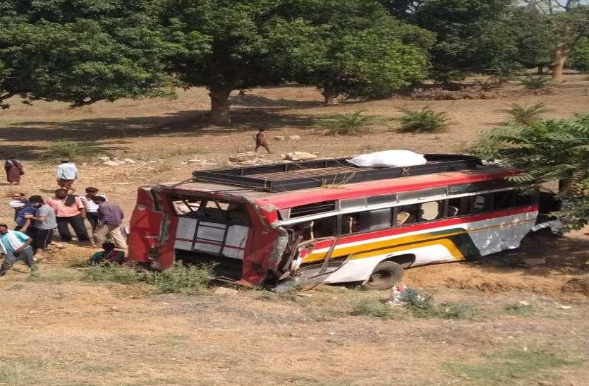 तेज रफ्तार ट्रक ने यात्रियों से भरी बस को मारी टक्कर, हादसे में 25 लोग घायल