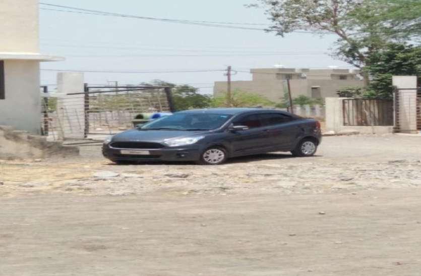 चपरासी ने खरीदी लग्जरी कार और डाल लिया भाजपा नेता की गाड़ी का नंबर, अब फंसा ये पेंच...